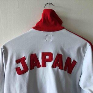 Vintage Adidas Japan. Uppskattningsvis från 80-talet. Finns tecken på anv samt ett par mindre fläckar som sannolikt kan tas bort. Ovanlig modell