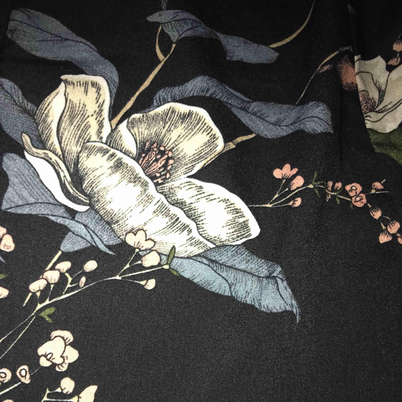 Utsvängda byxor Köparen står för frakt på cirka 50 SEK 💛. Jeans & Byxor.