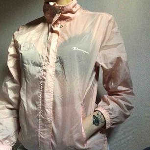 Pastellrosa windbreaker från champion, köpt second hand. Står strl 155 men är ganska stor, passar XS-S. Den har en luva