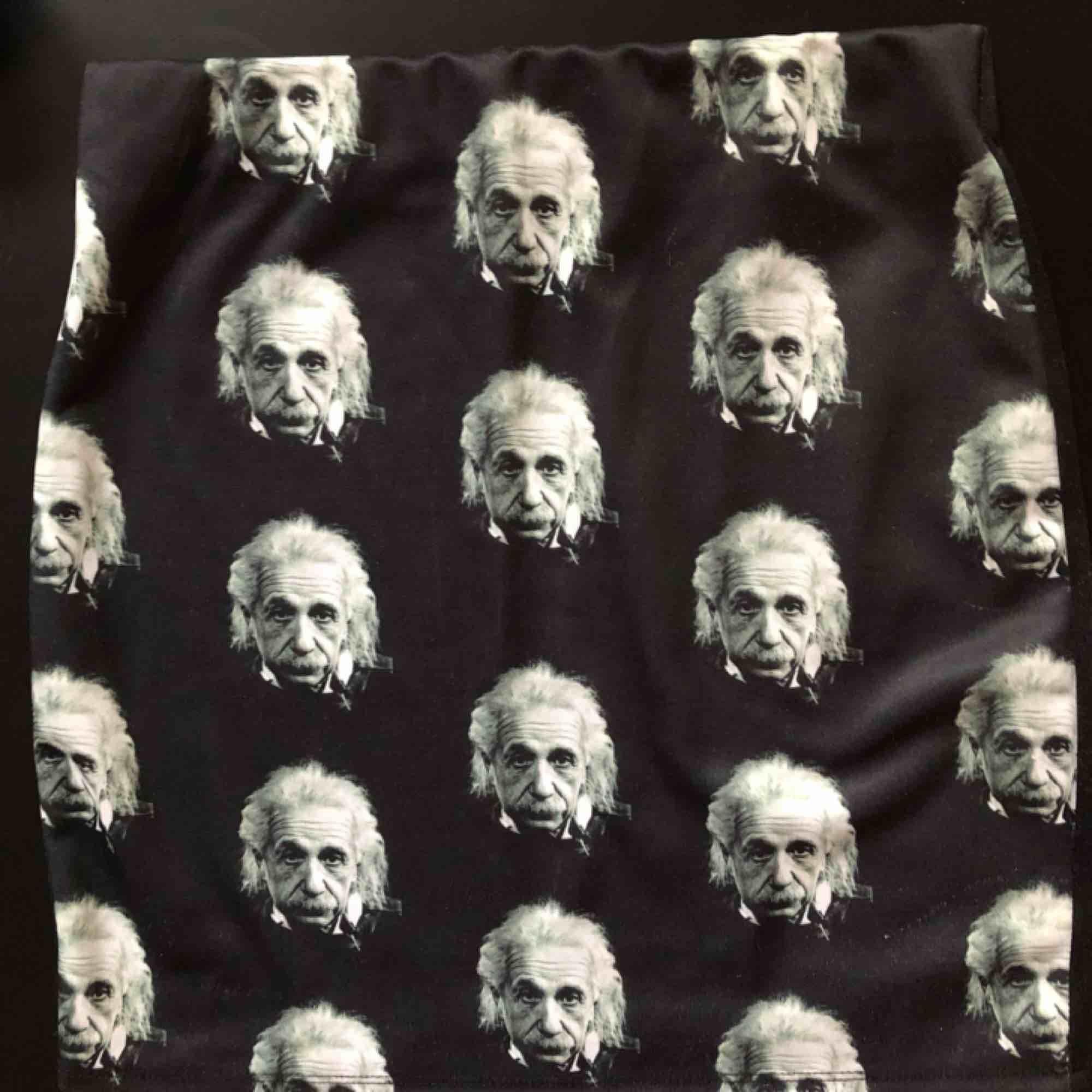 Kjol med Albert Einstein på. Står ingen sorlek men skulle säga S-M, den är ganska stretchig. Kjolar.