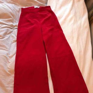 Snygga kostymbyxor ifrån NAKD. Använda fåtal gånger och är i perfekt skick! Passar i längden även dig som är kortare (jag är 160 och de sitter perfekt)
