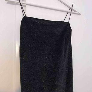 Lång bodycon klänning (slutar nedanför knäna på mig som är 160). Aldrig använd!