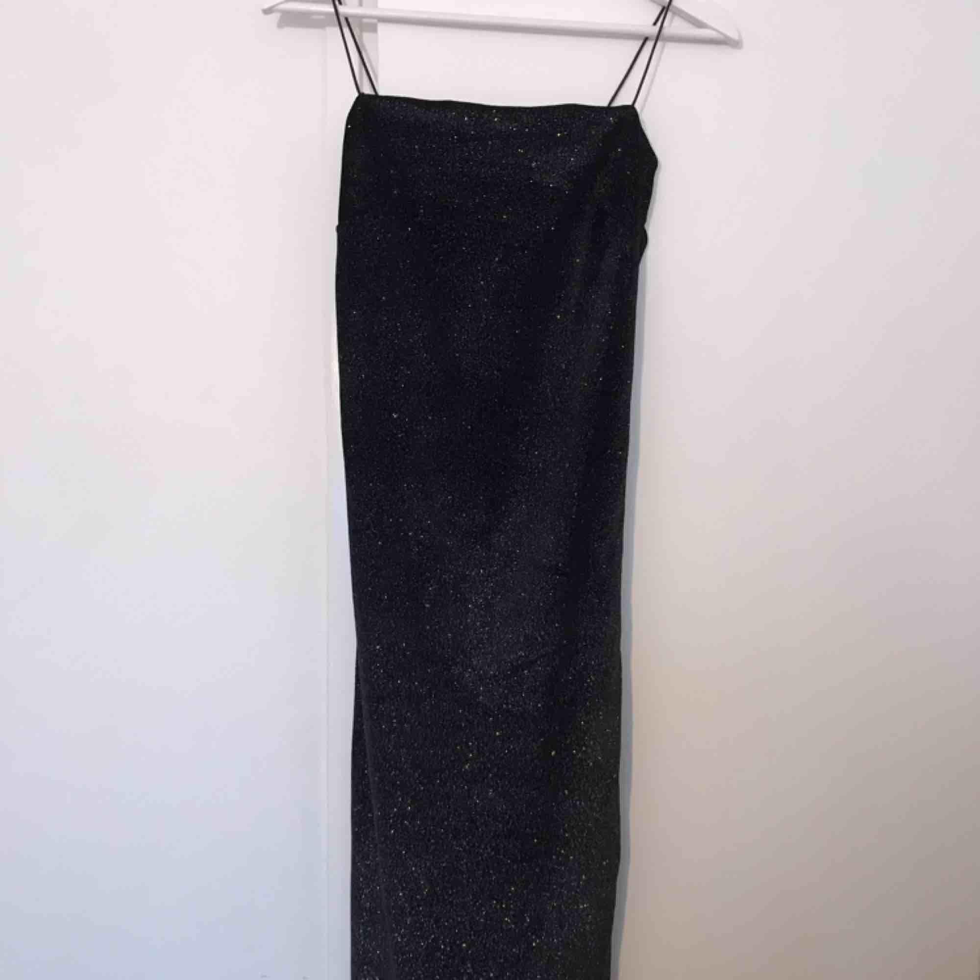 Lång bodycon klänning (slutar nedanför knäna på mig som är 160). Aldrig använd! . Klänningar.