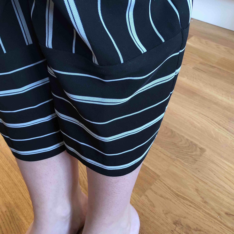 Two Piece från Kappahl's Limited Edition 2018. Säljs som ett set, bild 2 har jag toppen instoppad ☺️ bild 3 visar längden på byxorna, jag är 176cm lång! Swisch + frakt. Kostymer.