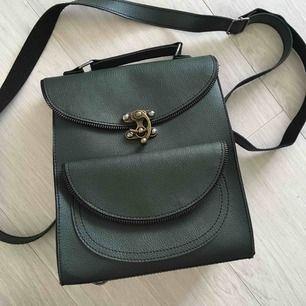 2 i 1 mörkgrön unik jättefin väska. Du kan byta till backpack och normal väska. Används bara några gånger. Ungerskt brännmärke - Látomás