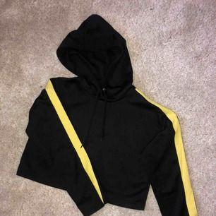 Cool croppad hoodie med lite slits vid ärmarna 💓