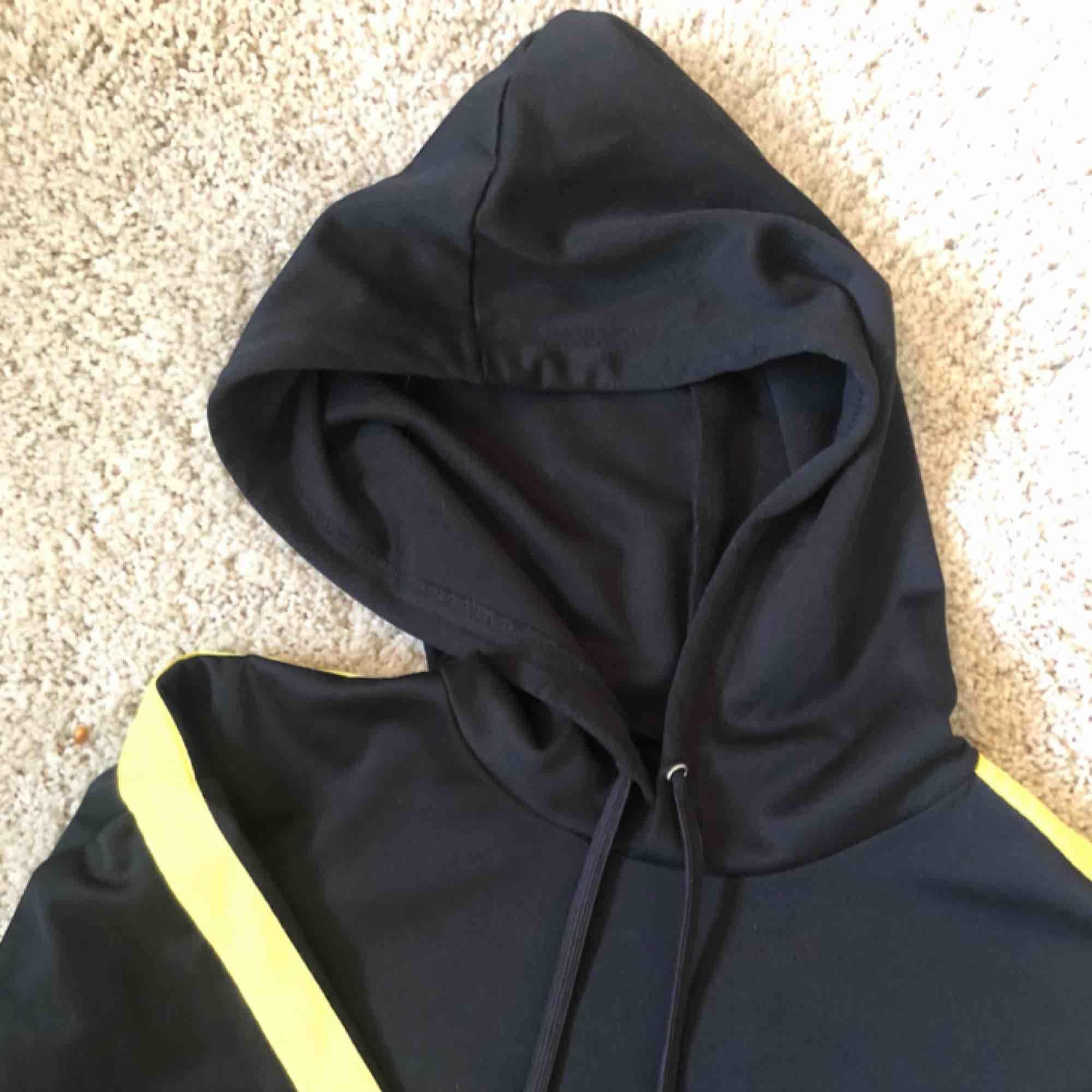 Cool croppad hoodie med lite slits vid ärmarna 💓. Huvtröjor & Träningströjor.