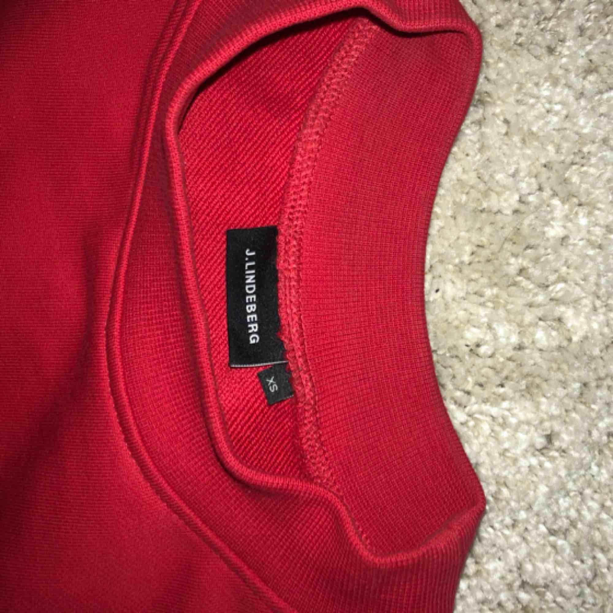Röd oversized sweatshirt. Väldigt sparsamt använd 💓 med frakt: 250 kr. Huvtröjor & Träningströjor.