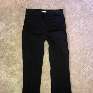 Svarta kortare raka/lite utsvängda jeans