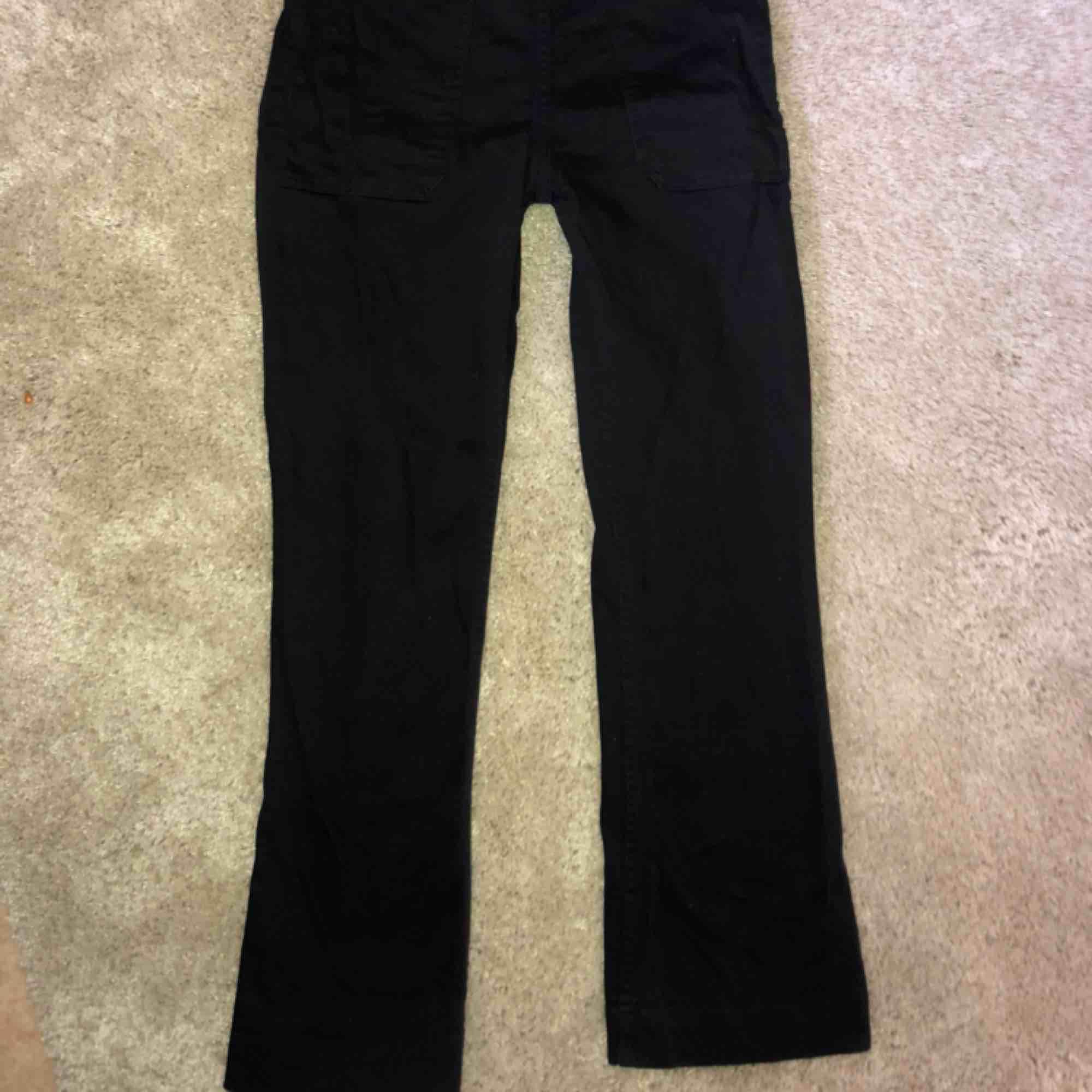Svarta kortare raka/lite utsvängda jeans. Jeans & Byxor.