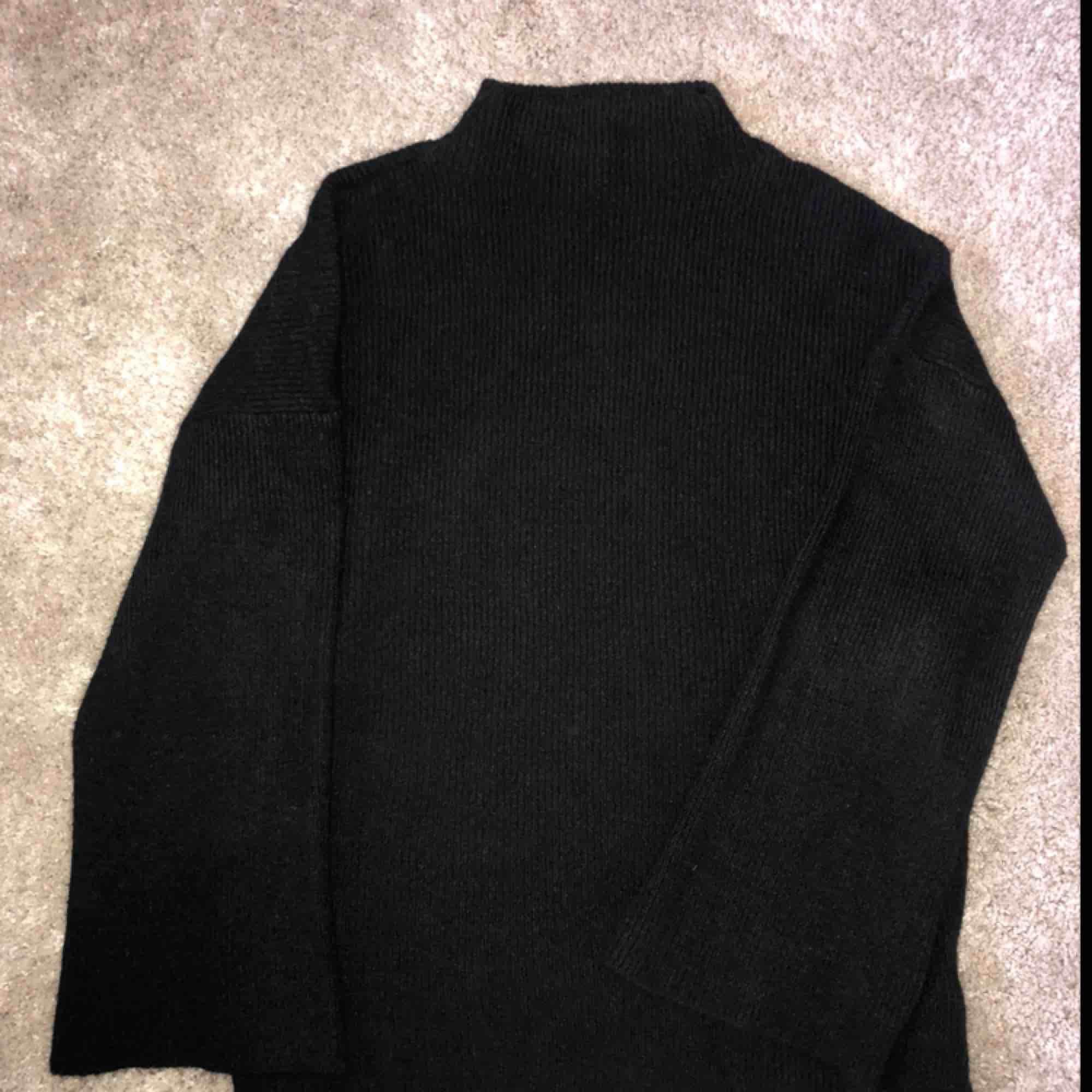 SUPERSKÖN tröja med utsvängda armar 🌸 Säljer då jag tyvärr har för många liknande. . Stickat.