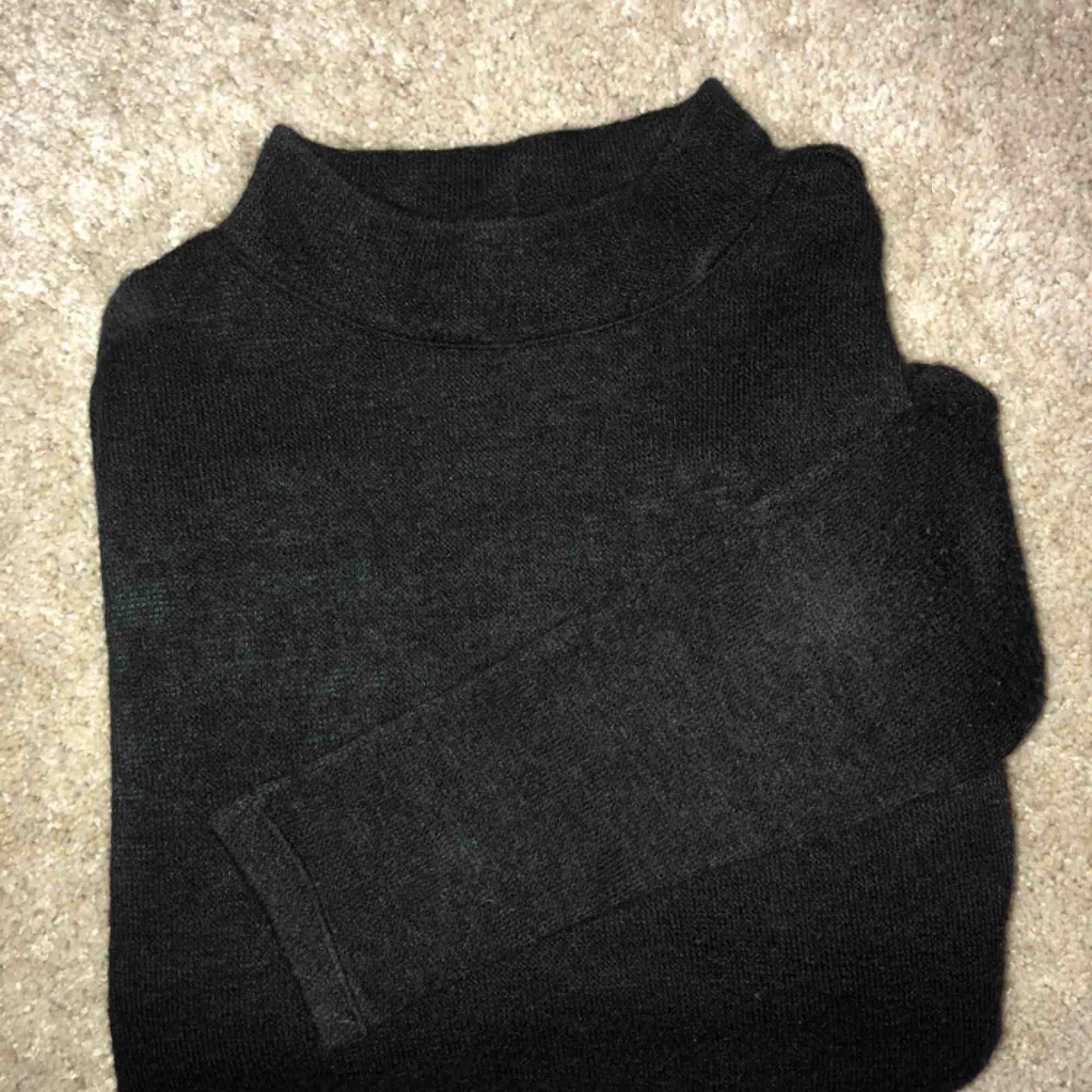 Svart långärmad tröja 🌸 . Stickat.