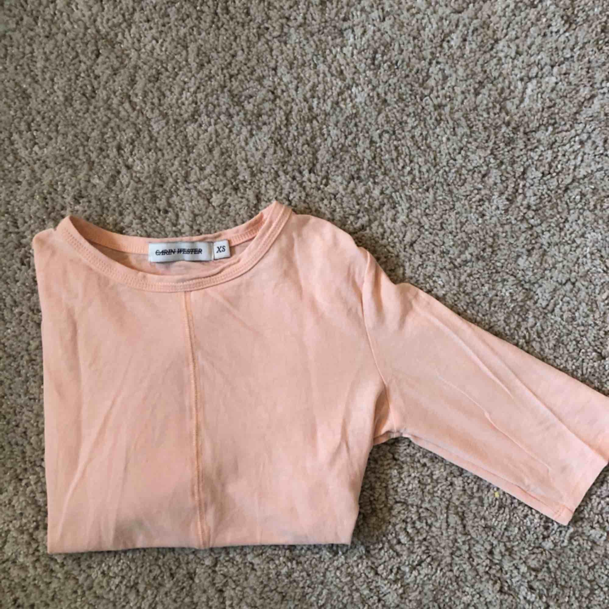 Ljusrosa tröja från Carin Wester. Strl är XS men passar mig som är en S lika bra. Sitter tight! . Blusar.
