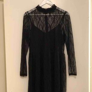 Medellång svart spets klänning med krage, underklänningen är medföljer! Swisch + frakt