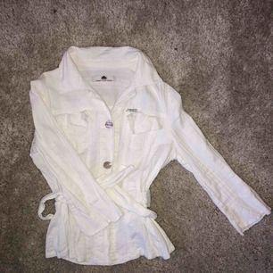 Superfin skjorta med knytning i midjan och kortare i ärmarna.