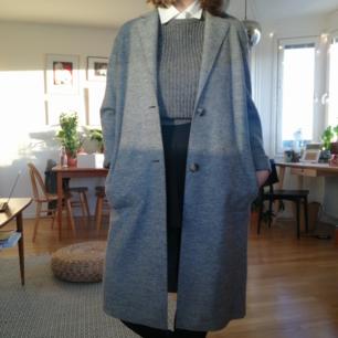 Helt oanvänd kappa från Tommy Hilfiger i 100% ull! Perfekt till höst eller vinter. Väger inte mycket och får plats med en extra tröja under :) nypris ca 4000kr.  Kan mötas upp i Stockholm eller skicka mot frakt :)