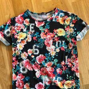 Cool, blommig t-shirt. Stretchiga material. Köpt i Köpenhamn. Frakt tillkommer