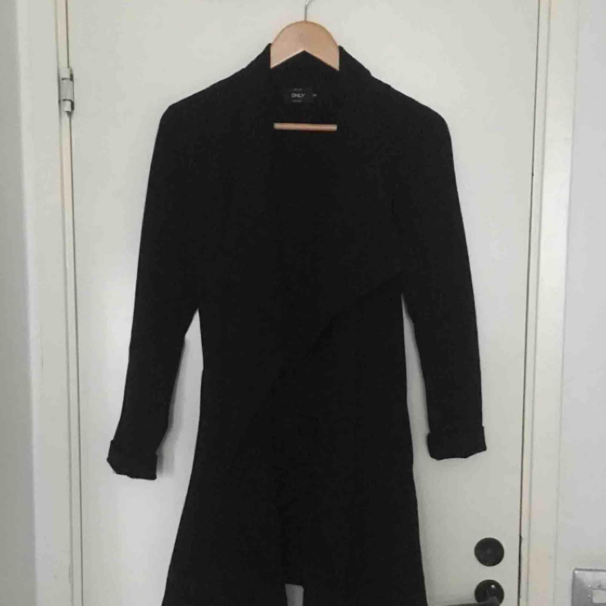 Sjukt fin kappa ifrån ONLY i storlek XS. Passar dig som har XS men även s☺️ lite tunnare material så passar på sommarn och våren:) köparen står för frakt! . Jackor.