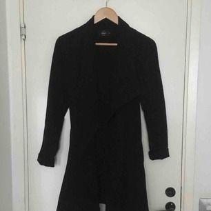 Sjukt fin kappa ifrån ONLY i storlek XS. Passar dig som har XS men även s☺️ lite tunnare material så passar på sommarn och våren:) köparen står för frakt!