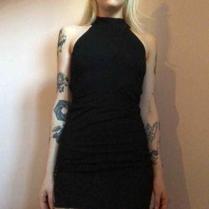 Svart bodycon-klänning som ser ut som en choker längst upp (se bild 2). Endast provad.