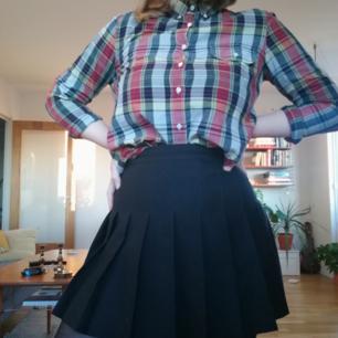 Skjorta från GANT, jättefint skick! Storleken är 38 men känns mer som en 36? Beror på om man vill att den ska sitta lite löst eller inte :)   Kan mötas upp i Stockholm eller skicka mot frakt på 45kr :)