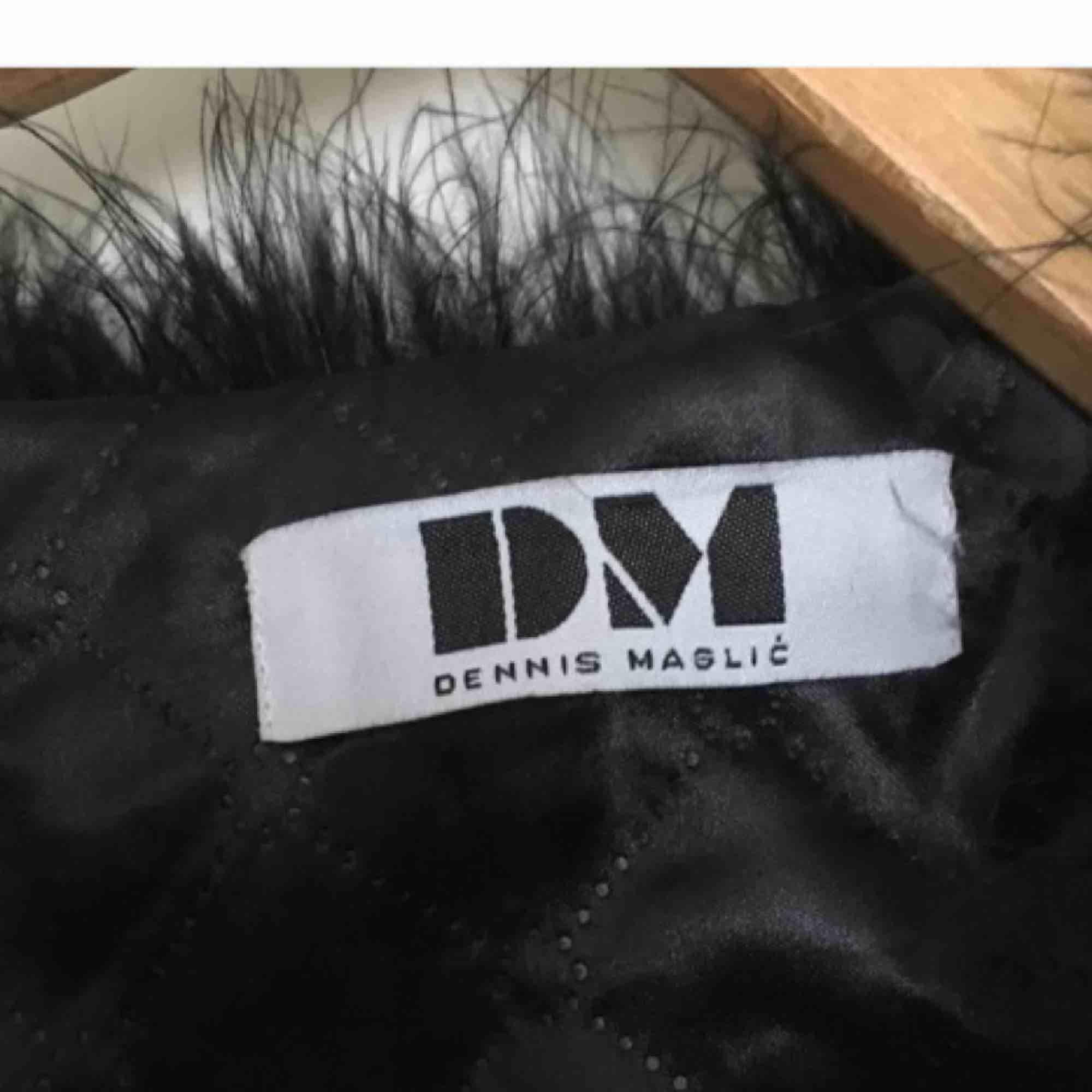 Snyggaste pälsjackan från Dennis maglic. Jättefint skick och inte riktig päls. Frakten står köparen för ☺️✨. Jackor.