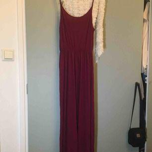 Säljer min långklänning från H&M. Använder den inte längre. Super super skön. Jättebra pris. Fraktpris kan tillkomma, pris kan absolut diskuteras!