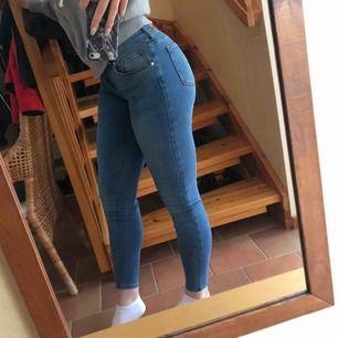 Mid/low waist jeans storlek S, ganska mycket använda därför lågt pris! Insydda där nere vilket syns lite på ena benet bara, se sista bilden!
