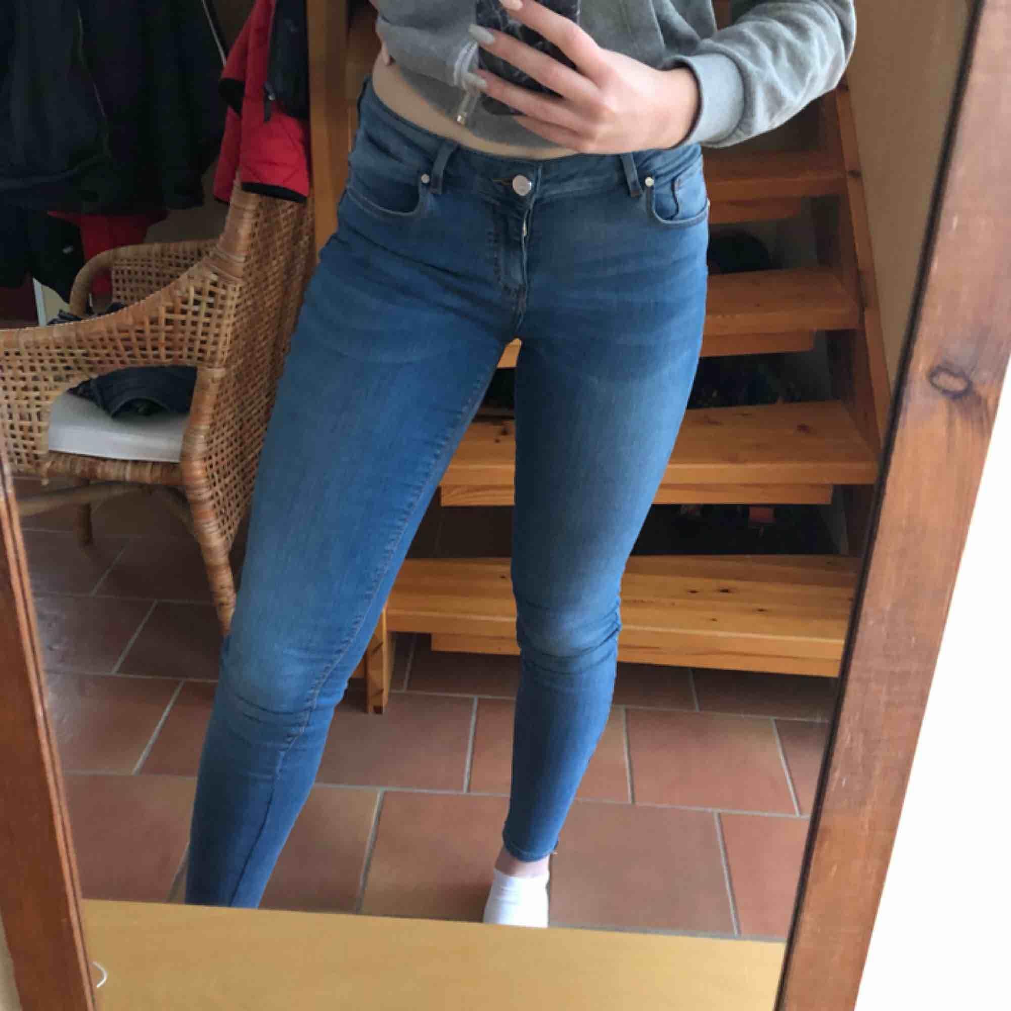 Mid/low waist jeans storlek S, ganska mycket använda därför lågt pris! Insydda där nere vilket syns lite på ena benet bara, se sista bilden! . Jeans & Byxor.