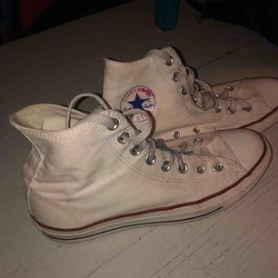 Vita converse i storlek 40, ganska mycket använda men inte så mycket. Kan tvätta de innan de köps om ni vill! Inget fel på dom annars. Köpta för 700 kr Frakt ca 70 kr