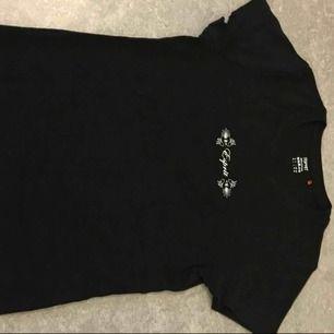 Använd endast en gång. Från ESPRIT. 100% bomull, skönt tyg. T-shirten ser ny ut. Kan frakta, men du står för frakten! Hör av dig!
