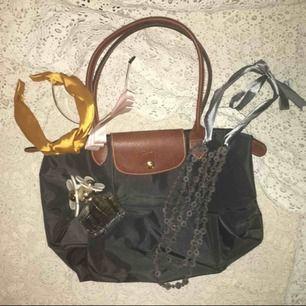 En mini Longchamp väska använd bara ett fåtal gånger. Super fint skick, som ny. Grå färg och i en mindre storlek. Köpt i Longchamp affären i London.