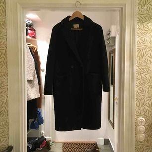 Lätt oversize svart kappa från h&m i strlk 36. Snygg och i använt men gott skick.