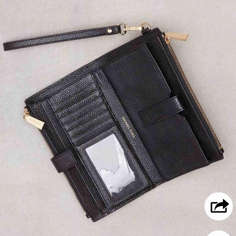 Jätte snygg Michael kors plånbok! Använd endast 2gånger , den är som ny. Den jag har är med silver text och dragkedja.  Köpt för 1300kr! . Accessoarer.