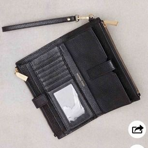 Jätte snygg Michael kors plånbok! Använd endast 2gånger , den är som ny. Den jag har är med silver text och dragkedja.  Köpt för 1300kr!