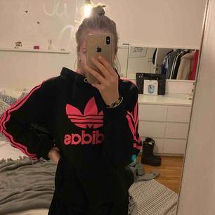 Rosa svart Adidas hoodie, köpte av en tjej för något år sen för 500kr