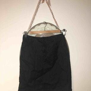Snygg svart jeans kjol med glansig effekt! Aldrig använd, sitter tajt med mycket stretch. Från Missguided, kort kjol.