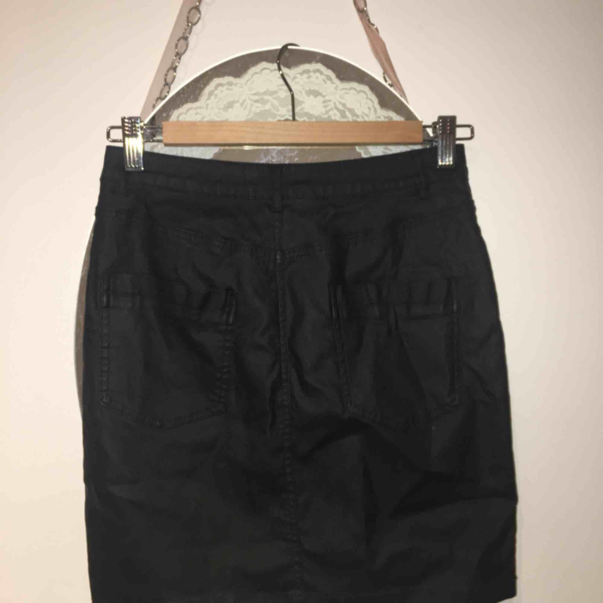 Snygg svart jeans kjol med glansig effekt! Aldrig använd, sitter tajt med mycket stretch. Från Missguided, kort kjol.. Kjolar.