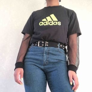 Adidas t-shorts. Tror det är en storlek S☀️ 40kr frakt ☀️ obs jag har en nättröja under så ärmarna tillhör inte t-shortsen