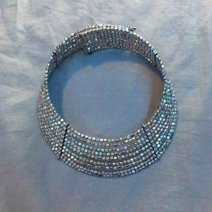 Silvrigt halsband/choker  Köpt på glitter, använt några få gånger ⛓Kan mötas i Uppsala och Rimbo ⛓Köparen står för frakt  ⛓Swish eller kontanter