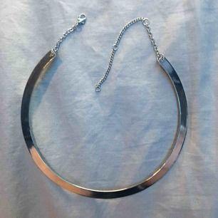 Silvrigt halsband/choker med knäppning(?) i bak Köpt på GinaTricot för 69kr  ⛓Kan mötas i Uppsala och Rimbo ⛓Köparen står för frakt  ⛓Swish eller kontanter