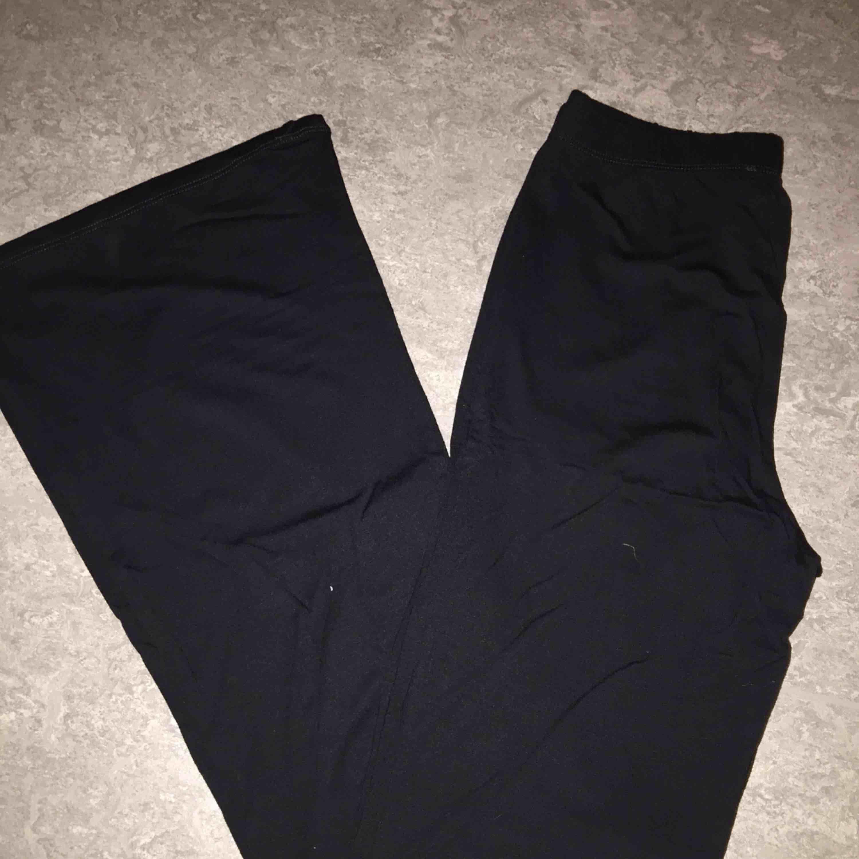 Bootcut leggings som är använda en gång. Kan tillägga att de är väldigt högmidjade. Dock är det jättelånga för mig. Skulle säga att de passar någon som är ungefär 1.70! Kan frakta.. Jeans & Byxor.