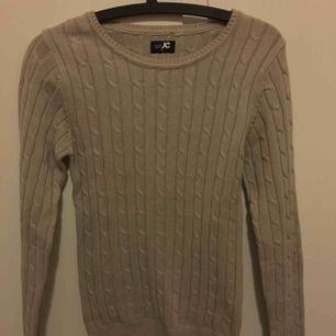Från JC. Finstickad. Brun/beige tröja. Använd en gång, i princip ny. Kan frakta!