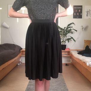 Fin plisserad kjol från H&M!  Fraktkostnad tillkommer och betalning sker via swish.