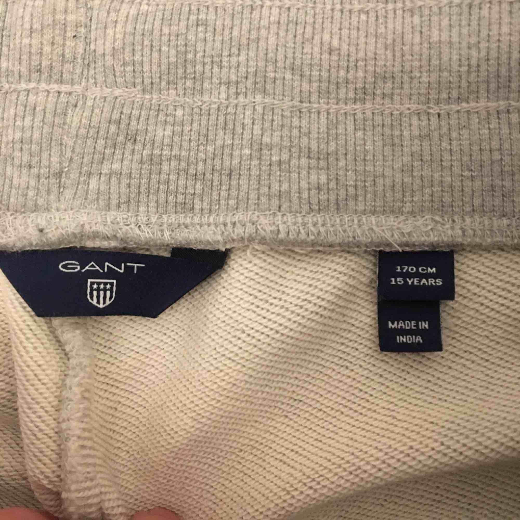 Gant-mjukisbyxor köpta på kidsbrandstore för några månader sen.  Endast använda fåtal gånger, som nya.  Det är i storleken 15 år och 170cm men jag är 162cm och de är verkligen inte för långa för mig, men skulle säga de är som xs/s.   . Jeans & Byxor.