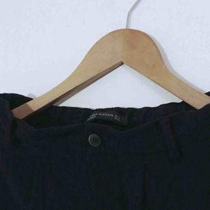 Riktigt fina svarta tunna byxor med fickor bak. Lösa i passformen så passar även S. 36kr i frakt 💌