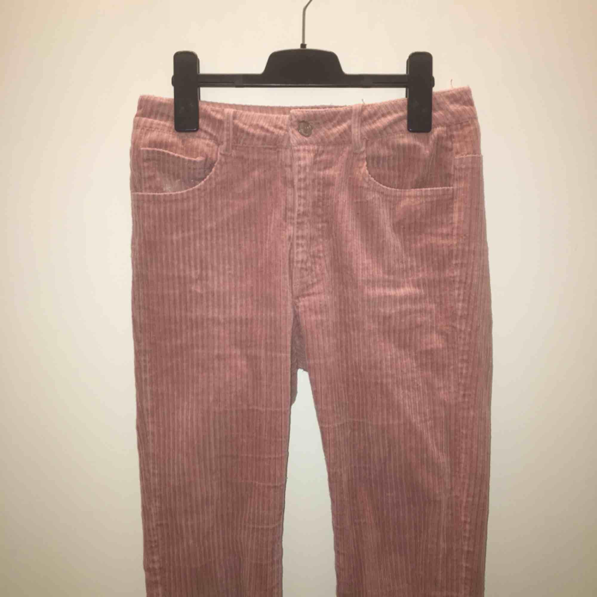 Säljer dessa superfina rosa manchesterbyxor från BikBok! Jättebra skick  utan fläckar 8de93035140ea