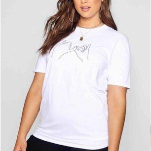 Säljer denna supersnygga tshirten! Använd endast en gång och i perfekt skick. Storlek 50 eller xxl