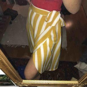 En randig superhärlig kjol med slits i ena sidan från Monki. Med rosett i midjan. Går till halva vaden på mig som är 1.68 cm Köpare står för frakt🌟