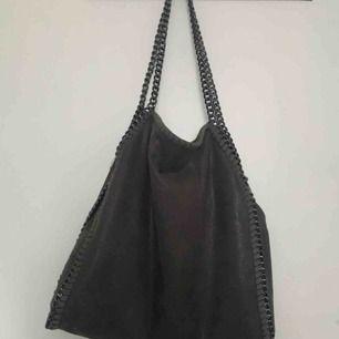 Säljer min fina väska, liknande Stella McCartney om inte identisk. Väldigt rymlig och smidig att ha med sig! Köpare står för frakt ☺️✨